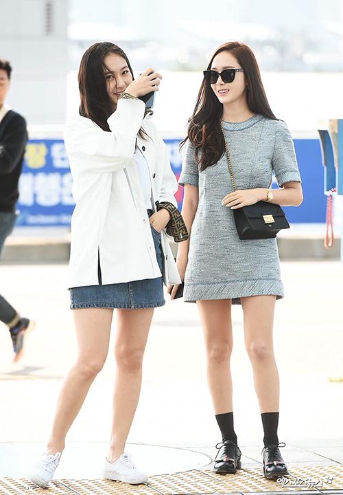 Jessica có mâu thuẫn với SM nhưng Krystal vẫn luôn xuất hiện cùng chị gái ở các sự kiện, tham gia show thực tế mới. Hai chị em nổi tiếng với hình tượng ngoài lạnh, trong nóng, có mối quan hệ thân thiết từ nhỏ.