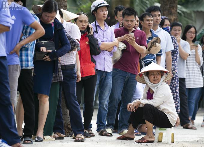 <p> Thời tiết Phú Thọ hôm nay khá nóng, nhưng người dân vẫn đội nóng xếp hàng dài.Một phụ nữ lớn tuổi mang cả ghế ra ngồi trong lúc chờ đến lượt mua vé.</p>