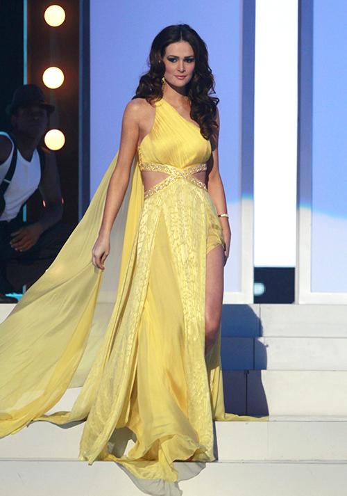 Mỹ nhân Brazil đăng quang ngôi vị Á hậu 2, Miss Universe 2011 trong bộ trang phục tông vàng rực rỡ.