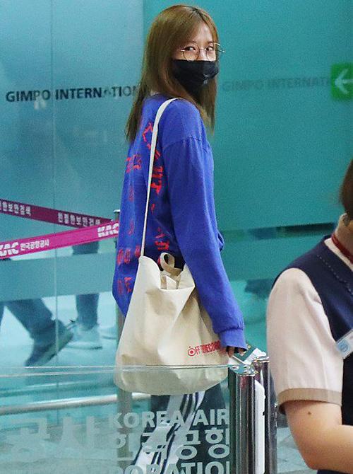 Ahn Yu Jin chuộng trang phục thể thao tiện dụng khi ra sân bay.