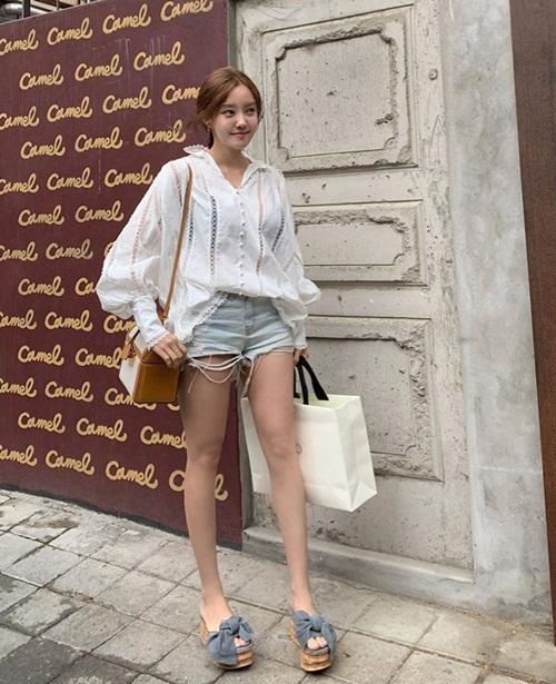 Hyo Min dạo phố với chiếc quần ngắn cũn.