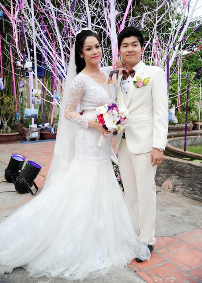 <p> 2014, Nhật Kim Anh kết hôn cùng ông xã Bửu Lộc. Chồng cô làm ngành ngân hàng, tại Cần Thơ.</p>