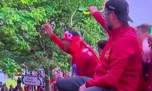 Video HLV Jurgen Klopp 'xấu tính' lén đổ bia lên đầu học trò