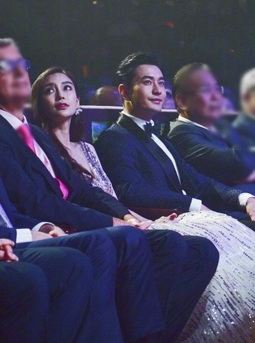 Cặp đôi ngồi cạnh nhau.