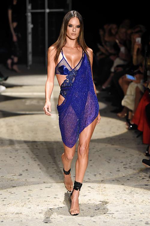 Chi tiết dải váy vắt chéo lấp lánh và phần bikini bên trong có nhiều điểm tương đồng với thiết kế của Đỗ Long. Điểm khác biệt giữa hai bộ đồ nằm ở chỗ, trang phục mà Ngọc Trinh diện đã được đổi mới về chất liệu và màu sắc. Tuy nhiên, kiểu dáng vẫn giữ nguyên nét đặc trưng của Julien Macdonald.