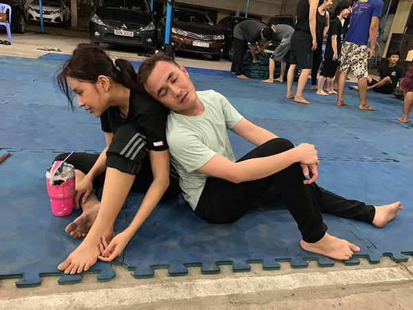 Huỳnh Lập mệt nhoài vì tập luyện, dựa đầu vào vai Khả Như nghỉ ngơi.