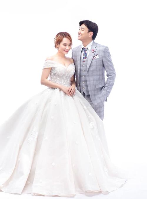 Quốc Trường khoe ảnh cưới với Bảo Thanh và hóm hỉnh gọi cô bằng nickname Xính Lao trong phim Về nhà đi con.