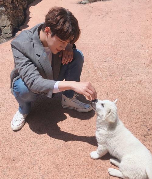 L (Infinite) chơi đùa với chú chó đáng yêu trên trường quay.