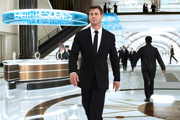 Chris Hemsworth sẽ tiếp tục thể hiện sự hài hước bá đạo của mình trong vai đặc vụ áo đen.