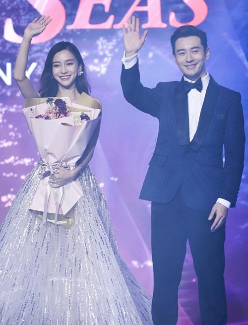 Cặp vợ chồng tươi cười vẫy chào khán giả.