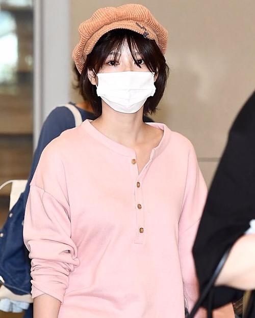 Trở về Hàn Quốc ngày 31/5, Kim Yoo Jung cũng gây chú ý khi diện mũ newsboy màu nâu trendy.