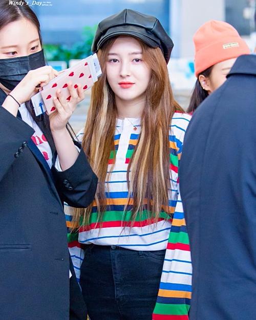 Nancy (Momoland) không quên tạo điểm nhấn cho outfit sân bay của mình bằng một chiếc mũ đen cá tính.