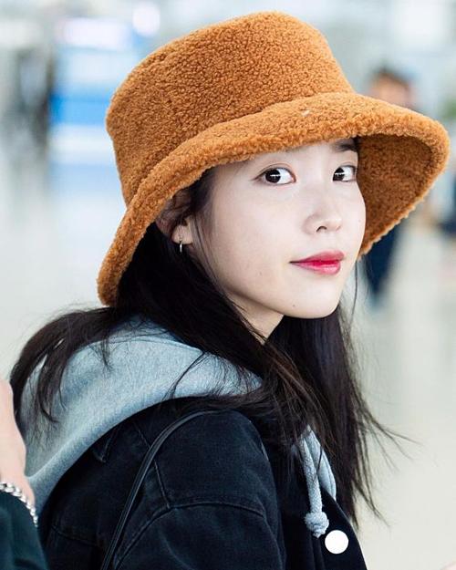 Ngoài Rosé, IU cũng là tín đồ của kiểu mũ xô tinh tế, đơn giản nhưng không kém phần hiện đại, thời trang.