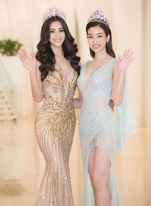 Đỗ Mỹ Linh đã cố tình mặc nội y màu nude nhưng ánh đèn flash vẫn tiết lộ bí mật của cô nàng, khiến chiếc váy mỏng manh trở nên thiếu tinh tế.