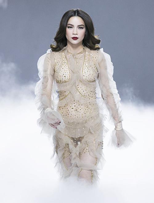 Diện nội y màu nude, Hà Hồ vẫn khó tránh khỏi cảm giác mặc như không với trang phục quá táo bạo.