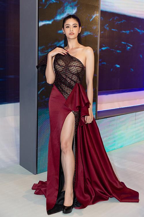 Cùng sự kiện, Trương Quỳnh Anh cũng kém xinh vì mặc đầm ren, phô bày miếng mút che ngực dưới ánh đèn.