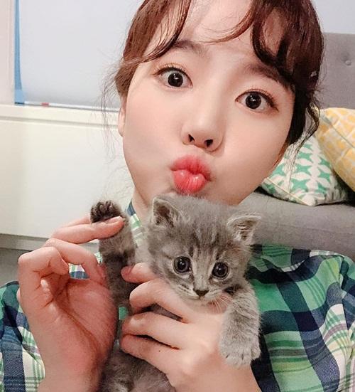 Sunny cố trợn tròn mắt để đọ xem mắt ai to hơn với mèo cưng.