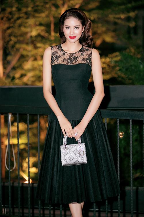 Một chiếc Lady Dior sang chảnh khác được Hoa hậu mang đi event.