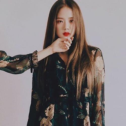Không ít lần, Ji Soo khiến fan nín thở với concept nổi loạn trong những buổi chụp hình họa báo.