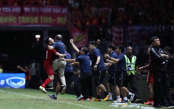 HLV Sirisak (phải) quay lưng khi đồng nghiệp Park Hang-seo và các cầu thủùa ra mừng bàn thắng của tuyển Việt Nam. Ảnh: Đức Đồng.