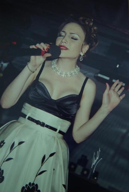 Thanh Hà đi theo phong cách mặn mà quyến rũ, có gu thời trang sành điệu những năm 90. Thời điểm này, cô có nhiều đĩa đơn, được khán giả yêu thích.
