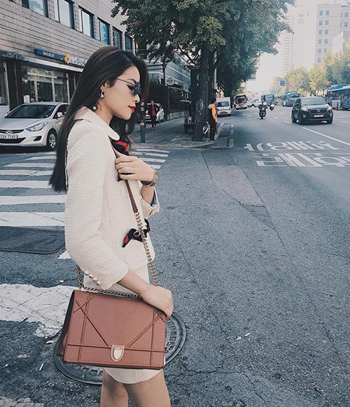 Hoa hậu Hoàn vũ Việt Nam 2015 thanh lịch với set đồ làm bằng vải tweed, cùng túi xách Diorama tông cam đất với giá 3.000 USD (khoảng 69 triệu đồng).