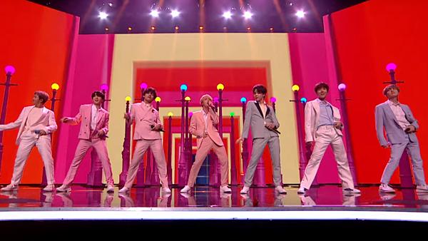 Background màn trình diễn Boy With Luv ở Britains Got Talent của BTS có màu hồng, vàng và xanh biếc. Đây là màu cờ của cộng đồng pansexual (toàn tính luyến ái, chỉ những người có thể yêu mọi giới tính)