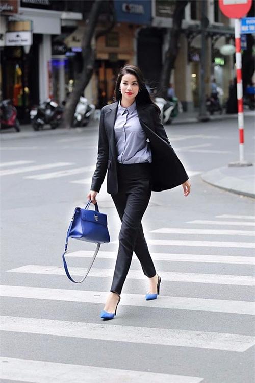 Phạm Hương nổi bật với chiếc túi gam màu xanh hiệu Diorever. Giá chiếc túi tùy theo từng kích cỡ có giá từ khoảng 3000 USD đến3.900 USD (từ 65 triệu đến 85 triệu đồng).