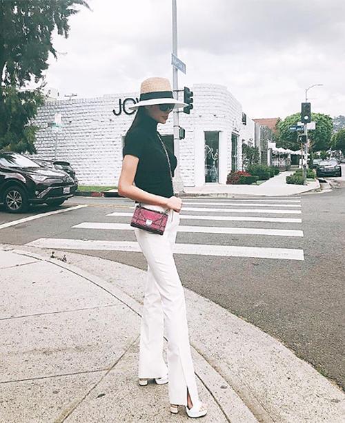 Phạm Hương sắm bộ sưu tập túi xách rất đồ sộ có tổng giá trị hàngtỷ đồng, chiếm phần lớn trong đó là đến từ nhà mốt nước Phápnổi tiếng với phong cách sang trọng, nữ tính.