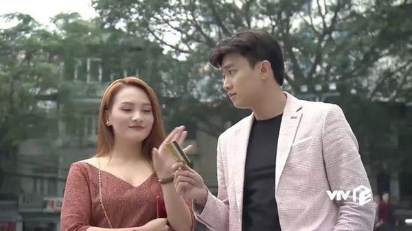 Chiếc blazer màu hồng được Vũ mặc khá nhiều lần trong phim.