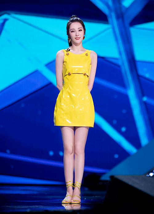 Chiếc váy vàng của Versace giúp Nhiệt Ba tôn được vóc dáng thon thả và rất nổi bật trên sân khấu.