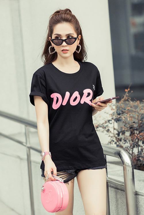 Xếp vị trí thứ bảy là những chiếc áo phông đến từ nhà mốt nước Pháp Dior. Thương hiệu này không sản xuất quá nhiều T-shirt nhưng chiếc nào cũng gây ấn tượng và bán đắt hàng. Chiếc áo phông đen chữ hồng mà Ngọc Trinh đang diện là một thiết kế được yêu thích của hãng, giá bán 590 USD (gần 14 triệu đồng).