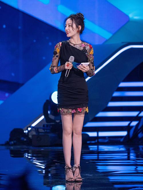 Mẫu váy liền giúp nữ diễn viên khoe đôi chân dài trứ danh. Phần vài xuyên thấu mang lại cảm giác quyến rũ nhưng không hề gây phản cảm khi xuất hiện trên truyền hình.
