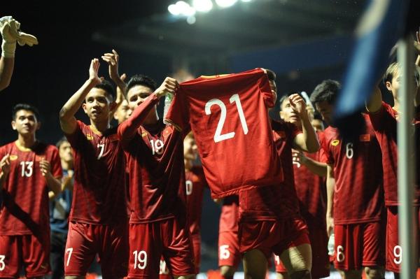 Quang Hải cầm áo số 21 của Đình Trọng trong thời khắc cả đội tuyển ăn mừng chiến thắng. Ảnh: Đức Đồng.