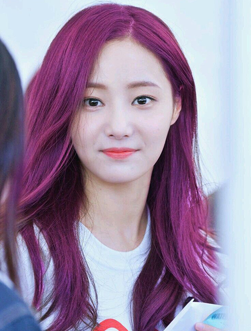 Yeonwoo (Momoland) cũng nổi bật hơn với màu tóc hồng tím sành điệu.