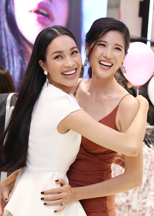 Á hậu Coco Thùy Dung (trái).