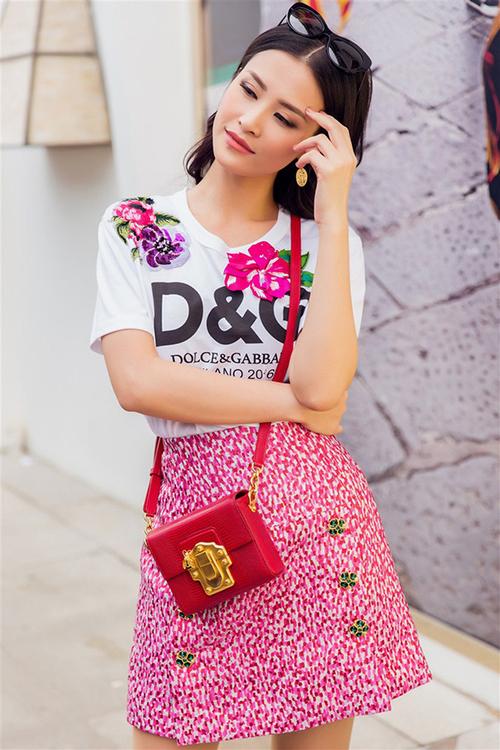 Xếp thứ ba trong danh sách là những chiếc áo đắt đỏ đến từ thương hiệu Dolce &Gabbana. Quần áo của hãng thường có giá từ 500 USD, nổi bật với màu sắc, hình in độc đáo mang phong cách Địa Trung Hải. Chiếc áo D&G mà Đông Nhi đang mặc có giá 1.080 Euro (28,5 triệu đồng).