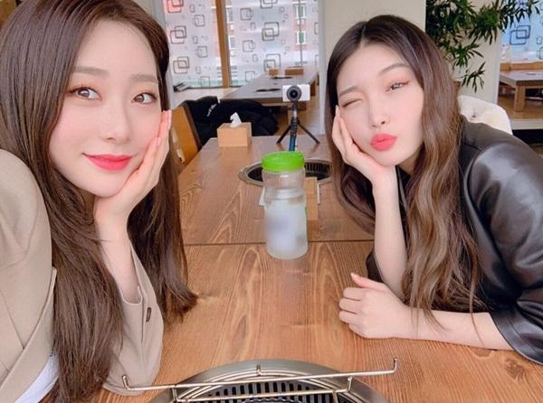 Chung Ha và Yeon Jung (WJSN) hẹn hò đi ăn. Hai cô nàng từng có thời gian gắn bó trong nhóm IOI và vẫn giữ mối quan hệ tốt.