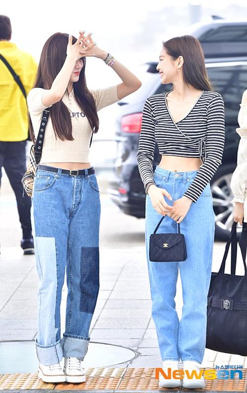 Cô nàngvà Jennie lựa chọn trang phục tương đồng, cùngmix áo crop-top và quần jeans ống rộng.