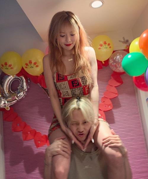Hyun Ah mặc váy ngắn, được bạn trai công kênh trên cổ trong ngày sinh nhật.