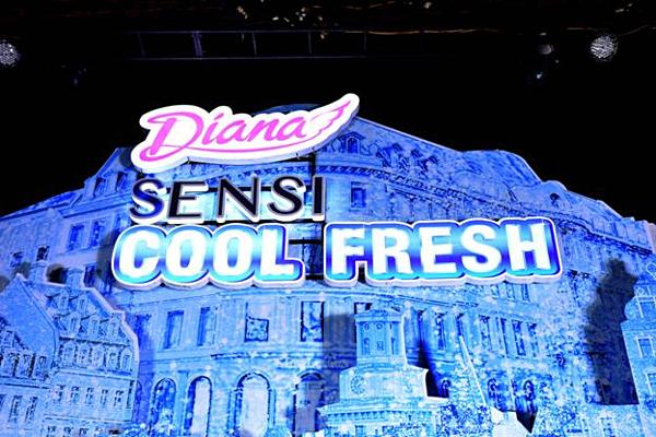 Trải nghiệm cảm giác mát lạnh cả 5 giác quanKhông chỉ gây ấn tượng từ vẻ bề ngoài với hình ảnh lâu đài băng tuyết, Hành trình -5 độ mang tới một trải nghiệm mát lạnh thỏa mãn mong đợi các bạn trẻ.  Đối với nhiều bạn, đây sẽ là lần đầu tiên được mặc áo bông dày đùa nghịch với băng và tuyết thật giữa một không gian lạnh đến thở ra khói.