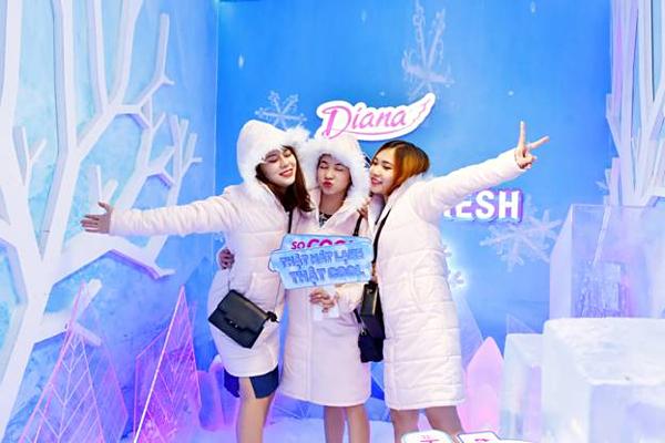 Hạ nhiệt tức thì với tuyết thật và băng tại Frozen SpaceMùa hè này, các bạn gái có thể hóa thân thành công chúa tuyết tại căn phòng ma thuật Frozen Space. Căn phòng được thiết kế bằng những khối nước đá đóng băng, cùng thảm tuyết dày dưới chân. Băng tuyết lạnh giá cùng âm thanh ánh sáng mang đến một không gian huyền ảo giữa những ngày nhiệt độ ngoài trời 40 độ C.