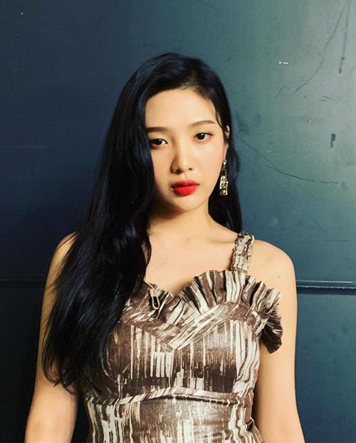 Joy (Red Velvet) quyến rũ với combo tóc đen + son đỏ.
