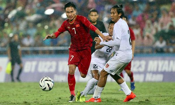 Việt Hưng (số 7) nỗ lực tranh chấp bóng không biết mệt, dù trời mưa tầm tã cuối hiệp một. Ảnh: Lâm Thỏa.