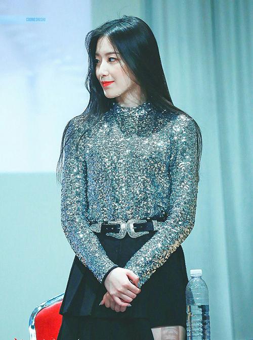 Shu Hua ((G)I-DLE) diện áo tay dài đính sequin, độ ôm vừa phải, không quá bó để tránh gây cảm giác bí bách.