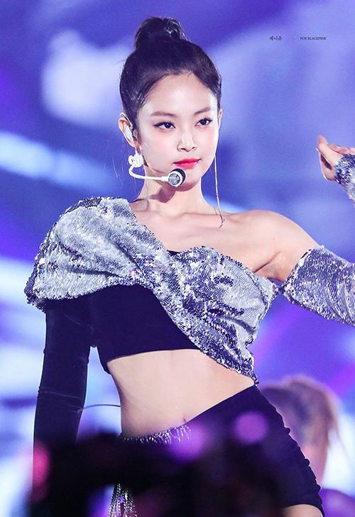 Trang phục biểu diễn bằng chất liệu sequinlà sở thích của nhiều nữ idol để hút ánh đèn sân khấu. Jennie (Black Pink) cũng từng khiến fan phát sốt khi diện áo croptop lấp lánh lệchvai, giúp vẻ ngoài thêm sexy.