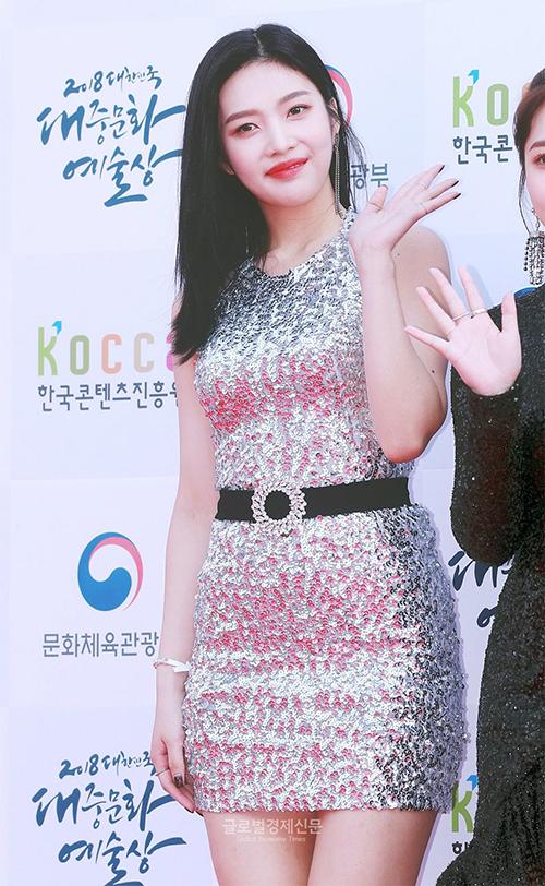 Những bộ cánh sequin sáng loáng có vẻ như không đứng về phía Joy. Thành viên Red Velvet lộ bụng chưa thon gọnvới chiếc đầm óng ánh sắc bạc.