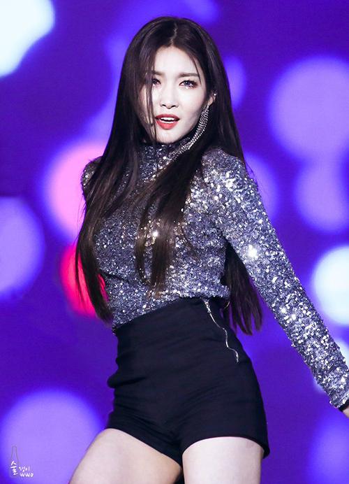 Không cần phụ kiện cầu kì, một chiếc áo lấp lánh thế này cũng đủ để Chung Ha phô diễn nhan sắc rực rỡ trên sân khấu.