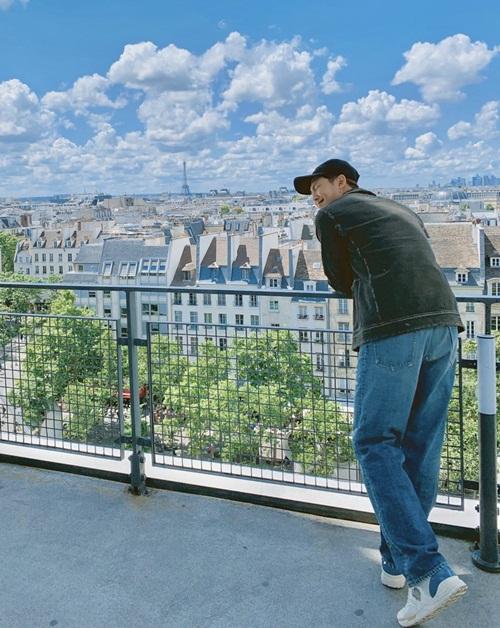 RM (BTS) cười tít mắt khi đi thăm thú thành phố Paris xinh đẹp.