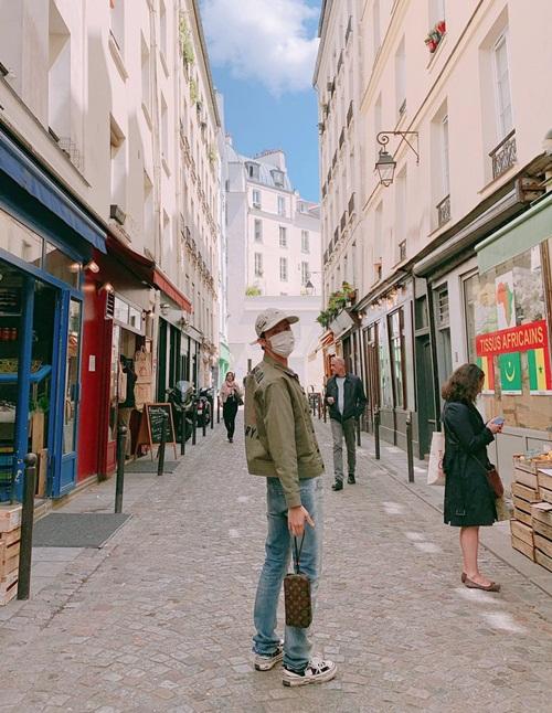 J-Hope (BTS) xách túi LV dạo phố Paris, có ngay bức ảnh check-in bắt mắt.
